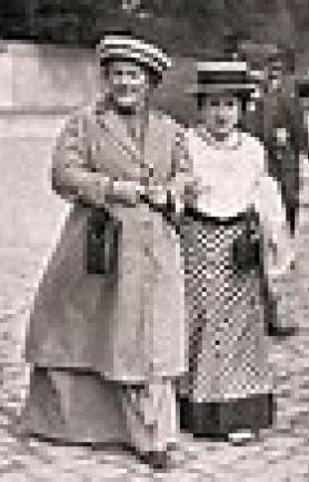 Clara Zetkin (links, Kämpferin für Frauenbewegung und Wahlrecht) und Rosa Luxemburg